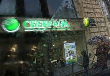 Отделение Сбербанка в Санкт-Петербурге 6 ноября 2014 года. Крупнейший госбанк РФ Сбербанк в третьем квартале 2014 года сократил чистую прибыль, рассчитанную по международным стандартам, на 24,4 процента до 70,9 миллиарда рублей в годовом выражении из-за возросших отчислений в резервы, сообщил банк в среду. REUTERS/Alexander Demianchuk