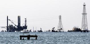 Нефтяные платформы и буровые вышки на озере Маракайбо в Венесуэле 2 января 2008 года. Цены на нефть Brent опустились ниже $79 за баррель после заявления министра нефтяной промышленности Саудовской Аравии, что рынок стабилизируется сам собой. REUTERS/Isaac Urrutia