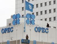 Полиция на крыше штаб-квартиры ОПЕК в Вене 20 сентября 2005 года. Цены на нефть Brent упали до четырехлетнего минимума ниже $77 за баррель, так как рынок склоняется к мнению, что ОПЕК не снизит добычу на совещании в четверг. REUTERS/Heinz-Peter Bader