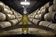 A Cognac, dans une cave de la distillerie Rémy Martin, une marque du groupe Rémy  Cointreau. Le numéro deux français des spiritueux, toujours plombé par la baisse de ses ventes de cognac haut de gamme en Chine, a vu son résultat opérationnel chuter au premier semestre de son exercice 2014-2015. /Photo d'archives/REUTERS/Régis Duvignau