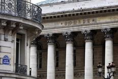 Les Bourses européennes progressent encore jeudi à mi-séance, toujours portées par l'espoir de nouvelles mesures de relance de la BCE et en dépit de la baisse des valeurs liées à l'énergie, dans le sillage du brut, en attendant l'issue de la réunion en cours de l'Opep à Vienne. Vers 13h, le CAC 40 prenait 0,15% à Paris, le Dax gagne 0,47% à Francfort et le FTSE prend 0,1% à Londres. /Photo d'archives/REUTERS/Charles Platiau