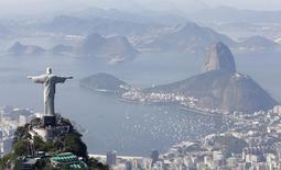 Vista general de Rio de Janeiro con la estatua del Cristo Redentor. Imagen de archivo, 27 junio, 2014. Brasil informó el superávit de presupuesto primario más bajo en su historia para el mes de octubre, lo que aumenta el riesgo de que el país sufra su primer déficit anual en menos de dos décadas.  REUTERS/Ricardo Moraes
