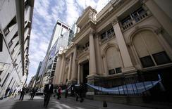 El Banco Central de Argentina en el distrito financiero de Buenos Aires, oct 2 2014. El directorio del Banco Central de Argentina resolvió eliminar el requisito de usar calificaciones de riesgo a las entidades financieras para realizar algunas operaciones, lo que particularmente mantenía fuera de normativa a gran parte de los préstamos interbancarios.    REUTERS/Marcos Brindicci