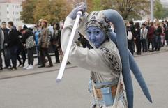Mulher caracterizada de Star Wars em Viena, em 4 de outubro de 2014.  REUTERS/Leonhard Foeger