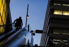 Un hombre de negocios sube una escalera en el distrito bancario en el centro de Tokio. Imagen de archivo, 27 noviembre, 2014. La caída de Japón en una recesión entre julio y septiembre podría haber sido menos severa que lo temido inicialmente, luego de que unas cifras del nuevo gasto de capital reportadas el lunes sugirieron que las revisiones pondrán al tercer trimestre en una luz levemente más positiva. REUTERS/Thomas Peter