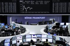 Les Bourses européennes restent dans le rouge lundi à mi-séance et Wall Street est attendue en léger recul également, dans des marchés affaiblis par le ralentissement de l'activité en Chine et en Europe, tandis que l'or efface ses pertes de début de séance et que le pétrole réduit les siennes.  À Paris, le CAC 40 perdait 0,16% vers 13h00. À Francfort, le Dax cédait 0,13% tandis qu'à Londres le FTSE lâche 0,8%. /Photo prise le 1er décembre 2014/REUTERS