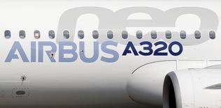 Un Airbus A320neo es fotografiado después de su primer vuelo en Colomiers, cerca de Toulouse, en el suroeste de Francia. Imagen de archivo, 25 septiembre, 2014. La aerolínea brasileña Azul Linhas Aéreas presentó una oferta firme para adquirir 35 aviones A320neo de fuselaje estrecho, informó el lunes la compañía europea Airbus.  REUTERS/ Regis Duvignau