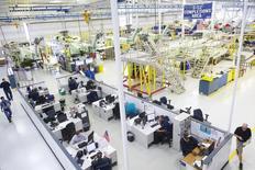 Unos trabajadores en la planta de helicópteros Sikorsky en Coatesville, EEUU, oct 16 2014. El sector manufacturero de Estados Unidos se moderó en noviembre a su menor ritmo de expansión desde enero, mostró el lunes un informe.  REUTERS/Mark Makela