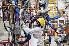 Un empleado trabaja en una línea de producción de una fábrica de automóbiles en Dalian. Imagen de archivo, 18 octubre, 2014. La actividad manufacturera global se expandió en noviembre a su menor tasa en más de un año, ya que los nuevos pedidos aumentaron a su menor ritmo desde julio del 2013, mostró el lunes un sondeo empresarial. REUTERS/Stringer