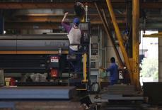 La croissance de l'activité manufacturière s'est essoufflée en Europe comme en Asie en novembre, les baisses de prix ne suffisant pas à stimuler la demande, ce qui renforce l'impression de fragilité de la reprise de l'économie mondiale. Elle s'est aussi ralentie aux Etats-Unis, où elle reste toutefois nettement plus dynamique. /Photo prise le 9 octobre 2014/REUTERS/Issei Kato