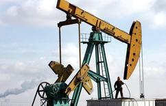 Станок-качалка на нефтяном месторождении Дацин в китайской провинции Хэйлунцзян 18 марта 2006 года. Цены на нефть возобновили снижение после первого за шесть рабочих дней подъема в понедельник. REUTERS/Jason Lee