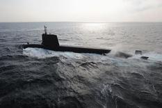 Sous-marin japonais de type Soryu. L'Australie a renoncé à un appel d'offres ouvert pour renouveler sa flotte de sous-marins, ce qui laisse le Japon en première ligne pour s'imposer dans un programme d'un coût total estimé à 40 milliards de dollars australiens (27 milliards d'euros). /Photo diffusée le 1er septembre 2014/REUTERS/Forces de défense maritime japonaises