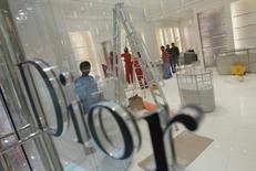 Christian Dior, qui détient 40,9% du groupe LVMH via sa filiale Financière Jean Goujon, distribuera à ses actionnaires une action Hermès pour 23 actions Dior détenues, dans le cadre de l'accord scellé en septembre sur la sortie de LVMH du capital du sellier de luxe. /Photo d'archives/REUTERS/Fadi Al-Assaad