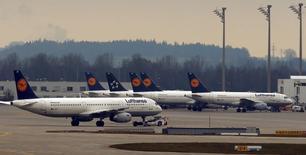 A l'aéroport de Munich. Les pilotes de la compagnie allemande Lufthansa ont annoncé une nouvelle grève pour la journée de jeudi qui affectera les vols long-courriers et les vols cargos, déjà perturbés lundi et mardi par un mouvement social. /Photo prise le 1er décembre 2014/REUTERS/Michael Dalder