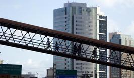 Personas caminan en un puente peatonal en Salvador. Imagen de archivo, 11 junio, 2014.  La actividad en el sector de servicios de Brasil se redujo por segundo mes seguido en noviembre, ya que se mantuvo el efecto negativo de una inflación más alta y un panorama económico frágil tras la fuerte baja de octubre. REUTERS/Marcos Brindicci