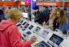Personas miran tabletas electrónicas dentro de un local de productos electrónicos en el Mall de Berlín. Imagen de archivo, 25 septiembre, 2014. Las ventas minoristas de la zona euro volvieron a crecer en octubre, mostraron datos el miércoles, apuntando a una mayor demanda en los hogares tras un débil tercer trimestre.  REUTERS/Thomas Peter