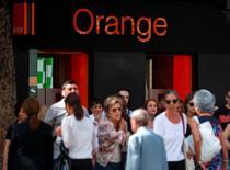"""Orange (+2,55% vers 13h30) signe la plus forte hausse du CAC 40. Credit suisse a relevé sa recommandation de """"sous-performance"""" à """"neutre"""" tandis que son PDG Stéphane Richard a déclaré jeudi qu'il s'attendait à ce que l'opérateur britannique BT fasse son choix rapidement entre la coentreprise du français en Grande-Bretagne EE et l'opérateur mobile concurrent O2 en vue d'un possible rapprochement.  /Photo d'archives/REUTERS/Andrea Comas"""