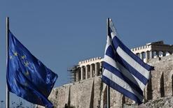 Selon un document, les ministres de la zone euro envisagent de proroger de six mois, jusqu'à la mi-2015, le plan d'aide internationale à la Grèce qui devait arriver à son terme en fin d'année, ce qui donnerait à cette dernière un délai supplémentaire pour satisfaire aux conditions de déblocage des fonds restants. /Photo d'archives/REUTERS/Yorgos Karahalis