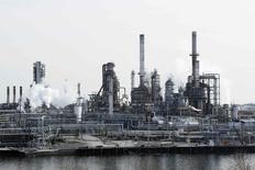 НПЗ компании Philadelphia Energy Solutions в Филадельфии 4 декабря 2014 года. Цены на нефть снижаются, так как Саудовская Аравия подтвердила намерение сохранять объем добычи, снизив цены для США и Азии. REUTERS/Tom Mihalek