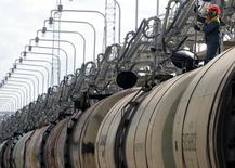Ж/д цистерны в нефтеналивном терминале Роснефти в Туапсе 6 сентября 2006 года. РЖД улучшила прогноз сокращения объемов перевозок в 2014 году и теперь ждет их снижения на один процент, а не на два. REUTERS/Sergei