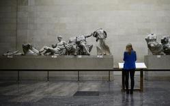 Mulher observa os mármores do Partenon no Museu Britânico, em Londres. 16/10/2014 REUTERS/Dylan Martinez