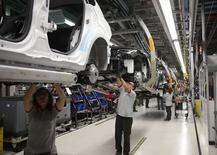Empleados trabajan en una línea de ensamblaje de vehículos en una fábrica en Martorell. Imagen de archivo, 12 noviembre, 2013.  La producción industrial en España subió 1,2 por ciento interanual en octubre en términos desestacionalizados, dos décimas más que el mes anterior, dijo el viernes el Instituto Nacional de Estadística. REUTERS/Albert Gea
