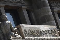 La sede del Banco de México en Ciudad de México. Imagen de archivo, 27 agosto, 2014. El Banco de México, el organismo monetario del país, dijo el viernes que la depreciación que ha sufrido el peso, que está operando en sus mínimos de dos años y medio, podría representar un riesgo al alza para la inflación en medio de un deterioro del balance de riesgos para la economía.  REUTERS/Edgard Garrido