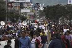 Marcha pacífica contra las drogas y la violencia de bandas en Tegucigalpa, 19 de noviembre de 2014. La Comisión Interamericana de los Derechos Humanos (CIDH) advirtió el viernes el riesgo que representa para el estado de derecho en Honduras el creciente papel de los militares en tareas de seguridad, combate al narcotráfico e incluso en programas educativos para niños marginados. REUTERS/Jorge Cabrera