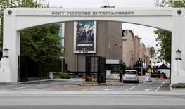 """Le piratage informatique dont les studios Sony Pictures Entertainment (SPE) ont été victimes fin novembre est peut-être l'oeuvre de partisans de la Corée du Nord, selon l'agence officielle nord-coréenne qui rejette l'implication directe du régime communiste de Pyongyang.  Des experts mandatés par SPE estiment que l'opération a été commise par un """"groupe organisé"""". /Photo d'archives/REUTERS/Fred Prouser"""