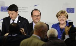 Le président du Conseil italien Matteo Renzi, le chef de l'Etat français François Hollande et la chancelière allemande Angela Merkel, à Milan en octobre dernier.  Le gouvernement allemand soutient les réformes mises en oeuvre en France et en Italie, a déclaré lundi un porte-parole, après les réactions défavorables suscitées dimanche à Paris et à Rome par des propos d'Angela Merkel sur la nécessité de nouveaux efforts de la part de ces deux pays. /Photo prise le 8 octobre 2014/REUTERS