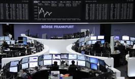 Operadores en sus estaciones de trabajo en la bolsa alemana de comercio en Fráncfort, dic 8 2014. Las acciones europeas bajaron el lunes, recortando parte de sus fuertes ganancias de la sesión anterior, por el impacto de un recorte en la calificación de crédito a Italia y débiles datos económicos de China y Japón.     REUTERS/Remote/Stringer