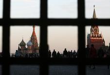 Вид на Красную площадь, Покровский собор (слева) и Спасскую башню Кремля в Москве 18 сентября 2014 года. Всемирный банк ожидает, что российская экономика сократится на 0,7 процента в 2015 году, согласно его новому базовому сценарию, а затем вырастет на 0,3 процента в 2016 году. REUTERS/Maxim Zmeyev