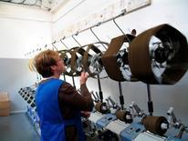 La production industrielle et surtout manufacturière est retombée en octobre au Royaume-Uni, sous le coup notamment d'une baisse de la production de produits électroniques, après un mois de septembre vigoureux. /Photo d'archives/REUTERS/Sarah Marsh
