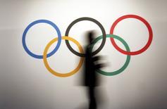 Homem passa pelos anéis olímpicos em Mônaco, onde acontece 127ª sessão da entidade. REUTERS/Eric Gaillard