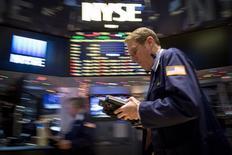 La Bourse de New York a ouvert dans le rouge, plombée par un regain des inquiétudes sur la brutalité de la chute des cours des matières premières. Dans les premiers échanges, le Dow Jones perd 0,90%, à 1.761,72 points.  /Photo prise le 4 décembre 2014/REUTERS/Brendan McDermid
