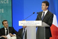 Sous les ors républicains mais en l'absence de François Hollande, Manuel Valls a inscrit mercredi la loi Macron sur la croissance et l'activité dans un vaste programme de réformes qu'il entend poursuivre dans le double but de mobiliser sa majorité rétive et de rassurer la Commission européenne sur sa détermination. /Photo prise le 10 décembre 2014/REUTERS/Lionel Bonaventure/Pool