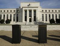 La Réserve fédérale devrait relever ses taux d'intérêt au deuxième trimestre de l'an prochain même si la chute des prix de l'énergie réduit nettement les tensions inflationnistes, selon une enquête de Reuters à laquelle 77 économistes ont participé.  /Photo prise le 28 octobre 2014/REUTERS/Gary Cameron