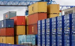 Contenedores almacenados en el puerto inglés de Liverpool, jun 18 2008. El déficit comercial de bienes de Gran Bretaña se contrajo en octubre a su menor nivel en siete meses, en medio de menores importaciones de combustible y un leve aumento en las exportaciones, mostraron el miércoles datos oficiales.  REUTERS/Phil Noble