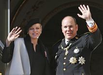 Príncipe Albert, de Mônaco, e sua esposa Charlene acenam em palácio. 19/11/2014.  REUTERS/Eric Gaillard