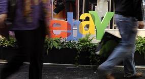 Люди проходят мимо логотипа Ebay на выставке CeBIT в Ганновере 2 марта 2011 года. Онлайн-ритейлер eBay Inc думает об увольнении тысяч сотрудников в начале следующего года, что должно стать подготовкой к отделению подразделения PayPal, сообщило издание Wall Street Journal со ссылкой на источники, знакомые с планами компании. REUTERS/Tobias Schwarz