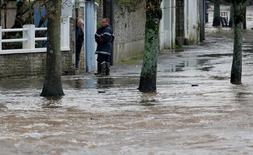 Quimperlé, début janvier. Les assureurs estiment à 1,8 milliard d'euros les dégâts matériels occasionnés jusqu'ici cette année par les intempéries en France, où les épisodes de tempêtes, orages, pluies torrentielles, grêle et inondations ont été nombreux, et plaident pour des mesures de prévention. /Photo prise le 4 janvier 2014/REUTERS/Mal Langsdon
