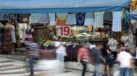 Personas caminan frente a un local en una calle comercial en el centro de Sao Paulo. Imagen de archivo, 4 diciembre, 2014.  Las ventas minoristas en Brasil subieron un 1,0 por ciento en octubre frente a septiembre, dijo el viernes el estatal Instituto Brasileño de Geografía y Estadística (IBGE), el doble del promedio de estimaciones arrojado en un sondeo de Reuters entre analistas. REUTERS/Paulo Whitaker
