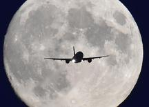 """Пассажирский самолет садится в аэропорту """"Хитроу"""" в Лондоне 7 октября 2014 года. В авиасообщении над Великобританией произошел сбой из-за отключения электроэнергии в авиадиспетчерской службе, говорится в сообщении аэропорта """"Хитроу"""". REUTERS/Toby Melville"""