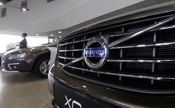 Le constructeur automobile suédois Volvo, contrôlé par le chinois Geely, va vendre ses voitures directement sur internet, pour mieux rivaliser avec ses concurrents allemands, comme BMW. /Photo d'archives/REUTERS/Ints Kalnins