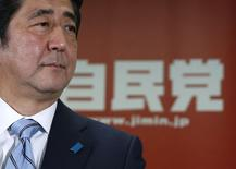 El primer ministro de Japón, Shinzo Abe, durante una conferencia de prensa en Tokio, 15 diciembre, 2014. La confianza empresarial japonesa apenas mejoró en el cuarto trimestre y se prevé un empeoramiento, lo que ofrece al primero ministro Shinzo Abe un sombrío recordatorio de los desafíos que enfrenta para reactivar a una economía golpeada por la recesión, un día después de su gran victoria en las elecciones del domingo. REUTERS/Toru Hanai