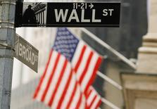La Bourse de New York a repris des couleurs lundi en ouverture après la pire semaine du S&P 500 en plus de deux ans, les investisseurs saluant la remontée des cours des matières premières et les chiffres de la production manufacturière en novembre aux Etats-Unis. Dans les premiers échanges, l'indice Dow Jones gagnait 0,48%. Le Standard & Poor's 500, plus large, progressait de 0,62% et le Nasdaq Composite de 0,54%. /REUTERS/Lucas Jackson