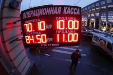 Le rouble se reprend contre le dollar mercredi matin, après avoir ouvert en forte baisse, mais le marché est instable et nerveux en raison des fortes pertes subies par la monnaie russe ces derniers jours. /Photo prise le 16  décembre 2014/REUTERS/Maxim Zmeyev