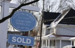 """Un letrero de """"Vendido"""" frente a una casa en Viena, Virginia. Imagen de archivo, 27 marzo, 2014.  Las solicitudes de préstamos hipotecarios en Estados Unidos cayeron la semana pasada, y las tasas de interés declinaron a su nivel más bajo desde mayo de 2013, dijo el miércoles un grupo del sector.  REUTERS/Larry Downing"""