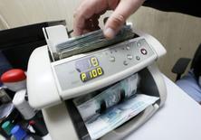 Una máquina contando rublos en Krasnoyarsk, Rusia, dic 17 2014. El rublo se fortaleció el miércoles tras una dramática caída en los dos días previos, ya que el Gobierno ruso presionó a los exportadores para que no acumulen ganancias en moneda extranjera y el banco central anunció nuevas medidas para apoyar la estabilidad financiera. REUTERS/Eduard Korniyenko