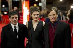 O diretor Hossein Amini (E) posa com os atores Daisy Bevan e Viggo Mortensen no Festival de Berlim. 11/02/2014.   REUTERS/Steffi Loos